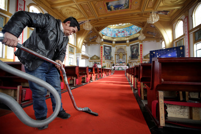 A man cleans the carpet at a Catholic church ahead of the Christmas Eve on the outskirts of Taiyuan, North China's Shanxi province, December 23, 2016. (Photo by Jason Lee/Reuters)