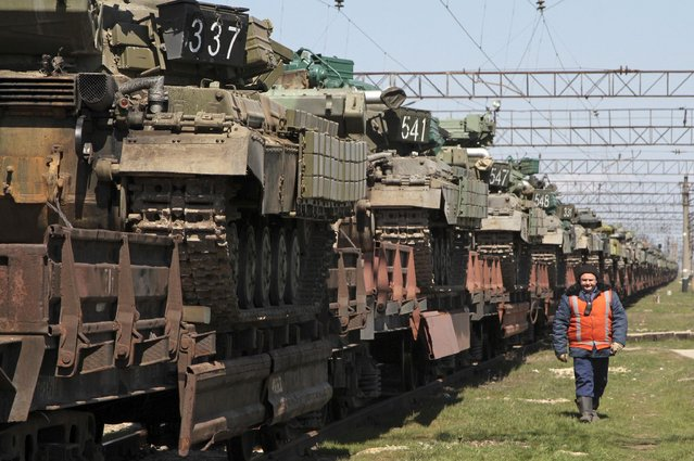 Ukrainian tanks are placed on freight cars before the departure from Crimea to other regions of Ukraine in the settlement of Gvardeiskoye near the Crimean city of Simferopol March 31, 2014. Russia is withdrawing a motorized infantry battalion from a region near Ukraine's eastern border, the Russian Defence Ministry was quoted as saying by state news agencies on Monday. (Photo by Reuters/Stringer)