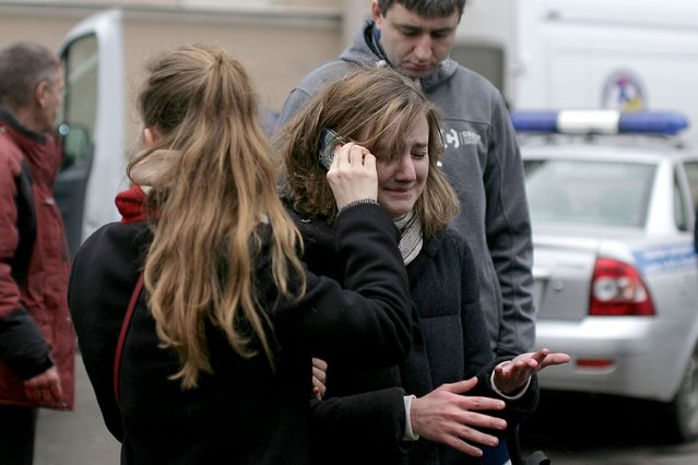 People react outside Technological Institute metro station in Saint Petersburg on April 3, 2017. About ten died and dozens were injured Monday after an explosion rocked the metro system in Russia's second city Saint Petersburg, according to authorities, who were not ruling out a terror attack. (Photo by Alexander Bulekov/AFP Photo)