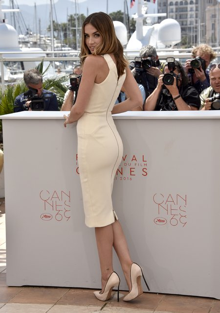 """Ana de Armas attends the """"Hands Of Stone"""" photocall during the 69th annual Cannes Film Festival at the Palais des Festivals on May 16, 2016 in Cannes, France. (Photo by Clemens Bilan/Getty Images)"""