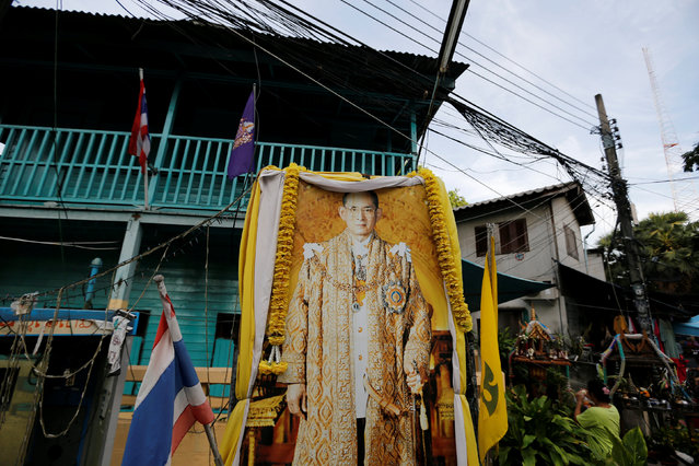 A picture of Thailand's King Bhumibol Adulyadej is seen at an entrance of a low income neighbourhood in Bangkok, Thailand, June 4, 2016. (Photo by Jorge Silva/Reuters)
