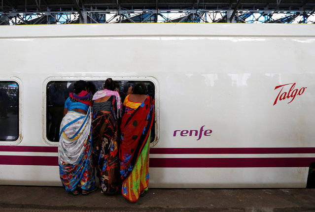 People look inside the parked high speed Talgo train during its trial run at a railway station in Mumbai, India August 2, 2016. (Photo by Danish Ismail/Reuters)