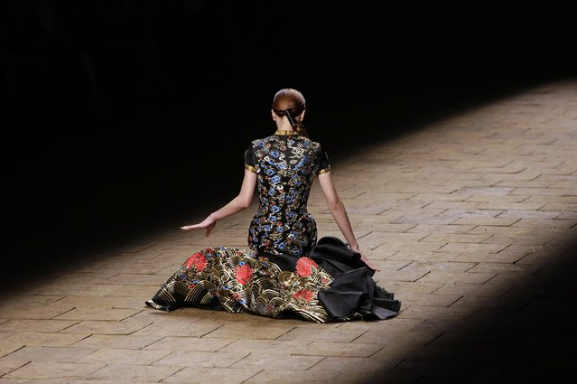 A model falls while presenting a creation by Chinese designer Zhang Zhifeng from 2014 NE TIGER Haute Couture Collection at China Fashion Week in Beijing, October 25, 2014. (Photo by Jason Lee/Reuters)