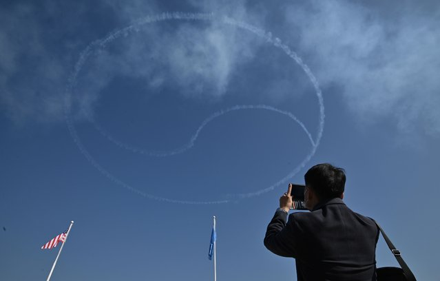 """South Korea's Air Force Black Eagles aerobatic team create a symbol of South Korea's national flag during the """"Turn Toward Busan"""" memorial ceremony for UN veterans of the Korean War, at the UN Memorial Cemetery in Busan on November 11, 2020. (Photo by Jung Yeon-je/AFP Photo)"""