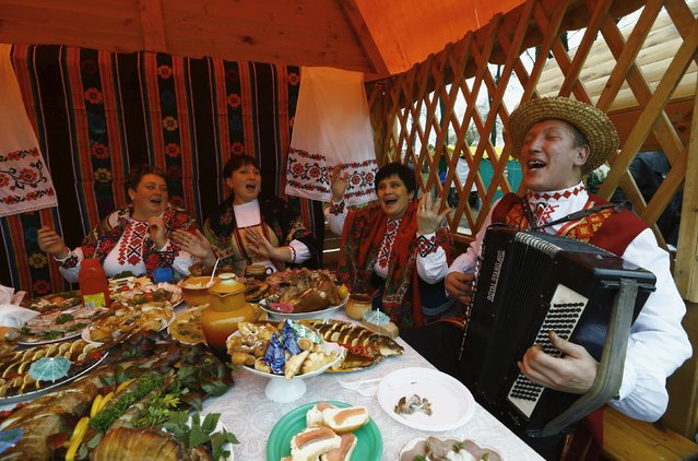 People dressed in national clothes sing songs during the regional harvest festival in the town of Dyatlovo, Belarus, November 13, 2015. (Photo by Vasily Fedosenko/Reuters)
