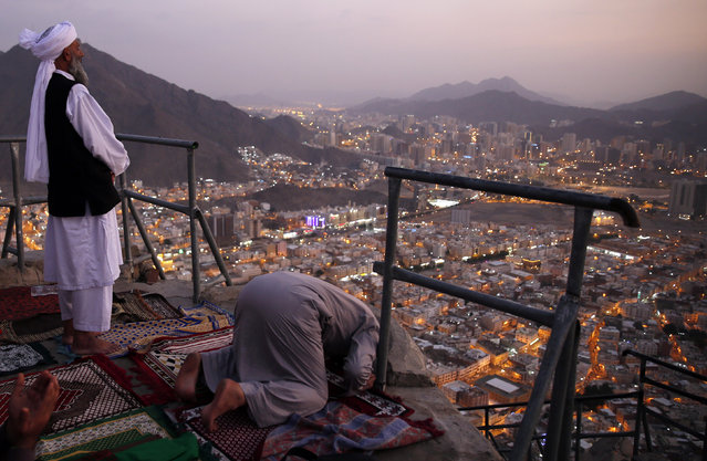 "Muslims pray at the top of Mount Al-Noor during their Umrah Mawlid al-Nabawi ""Birthday of Prophet Mohammad"" in the holy city of Mecca, Saudi Arabia January 16, 2016. (Photo by Amr Abdallah Dalsh/Reuters)"