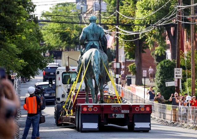 """A statue of Confederate General Robert E. Lee is removed after years of legal battle over the monument, in Charlottesville, Virginia, July 10, 2021. Statues of Confederate Generals Robert E. Lee and Thomas """"Stonewall"""" Jackson were taken down in Charlottesville, Virginia, nearly four years after white supremacist protests over plans to remove it led to clashes in which a woman was run down by a driver and killed. (Photo by Evelyn Hockstein/Reuters)"""