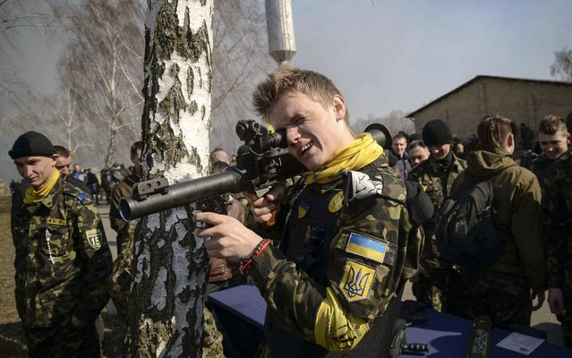 """Members of a """"Maidan"""" self-defense battalion takes part in weapons training at a Ukrainian Interior Ministry base near Kiev March 14, 2014. (Photo by Maks Levin/Reuters)"""