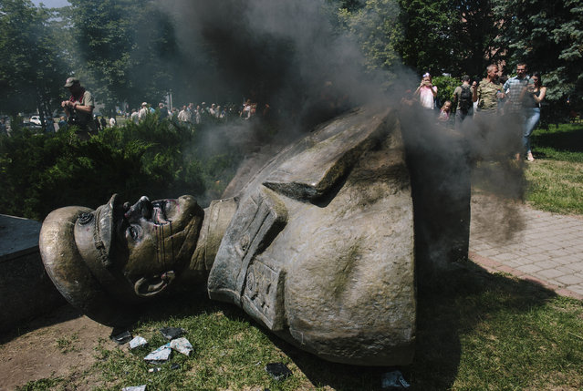 A pulled down statue of former Red Army commander Georgy Zhukov during a rally in the eastern Ukrainian city of Kharkiv, 02 June 2019. The Zhukov statue was toppled as communist's symbol in Kharkiv. (Photo by Pavlo Pakhomenko/EPA/EFE)