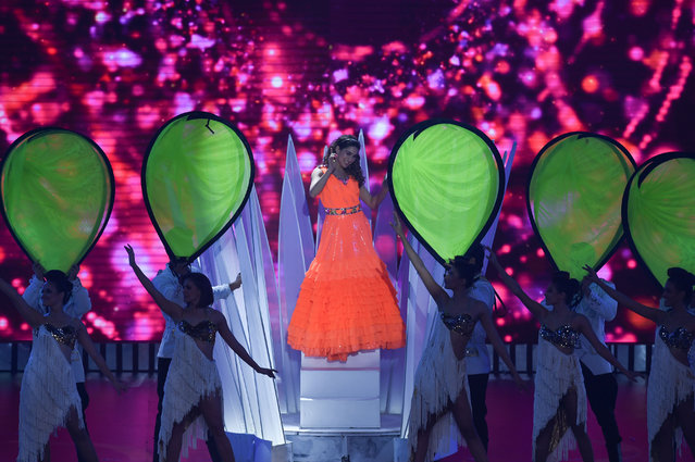 Bollywood actress Sara Ali Khan (C) performs on stage during the 20th International Indian Film Academy (IIFA) Awards at NSCI Dome in Mumbai on September 18, 2019. (Photo by Indranil Mukherjee/AFP Photo)