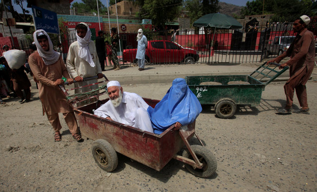 A family coming from Afghanistan enters the border post in Torkham, Pakistan June 18, 2016. (Photo by Fayaz Aziz/Reuters)