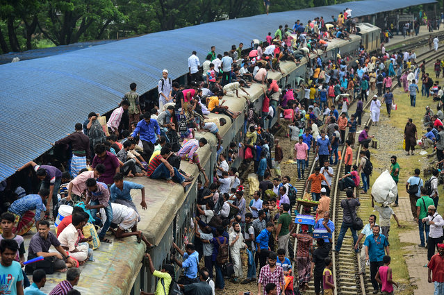 Bangladeshis cram onto a train as they travel home to be with their families ahead of the Muslim festival of Eid al Fitr, in Dhaka on June 22 , 2017. Eid al-Fitr marks the end of the holy fasting month of Ramadan. (Photo by Munir Uz Zaman/AFP Photo)