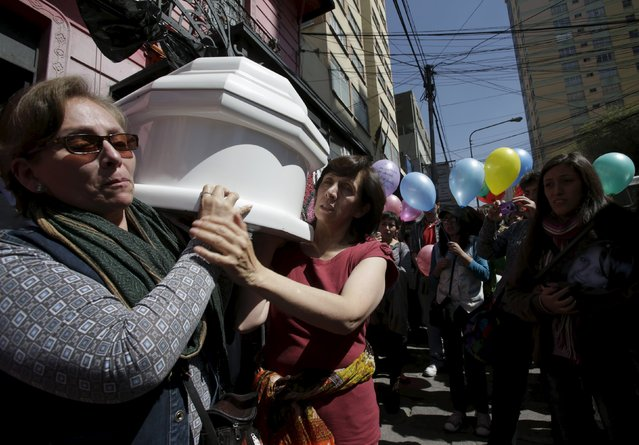 Relatives carry the coffin of Andrea Alvarez, whose death is being investigated as a femicide, during her funeral and a protest by activists against femicide in La Paz, Bolivia August 22, 2015. Alvarez died early on August 19, 2015, from injuries authorities say were caused by a vehicle driven by William Kushner, a man she was involved with. Kushner has been charged with femicide, and denies the charge, according to local media. (Photo by David Mercado/Reuters)