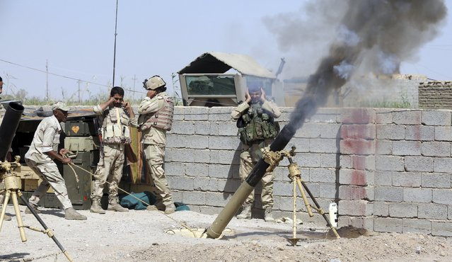 Iraqi Army soldiers fire a mortar during clashes with Islamic State militants in the Karma district of Anbar province September 27, 2015. (Photo by Reuters/Stringer)