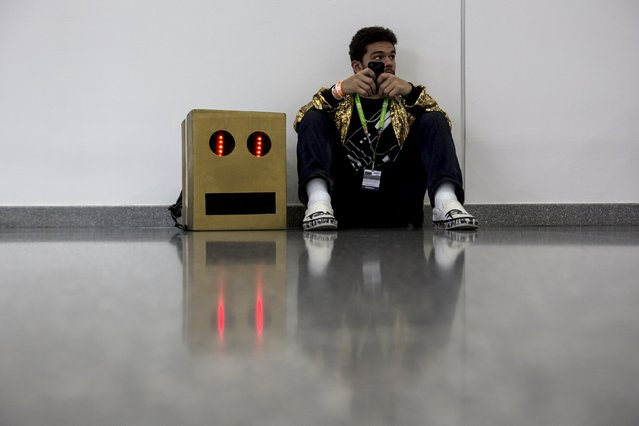 A man in costume uses his cellular device at the New York Comic Con in Manhattan, New York, October 8, 2015. (Photo by Andrew Kelly/Reuters)