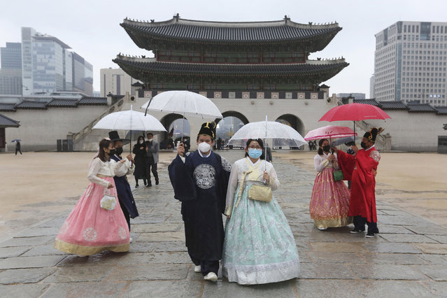 People wearing face masks to help protect against the spread of the coronavirus visit the Gyeongbok Palace in Seoul, South Korea, Sunday, November 1, 2020. (Photo by Ahn Young-joon/AP Photo)