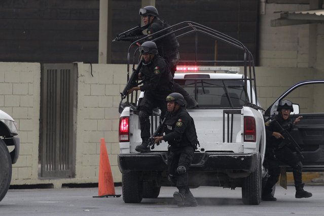 Members of the Fuerza Civil (Civil Force) police unit take part in a simulated crime situation during a media presentation to show the police model that the federal government wants for the rest of the country, at the police academy in Monterrey December 17, 2014. (Photo by Daniel Becerril/Reuters)