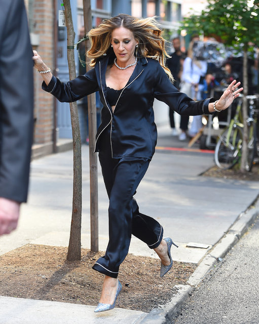 Sarah Jessica Parker slips on the sidewalk in New York City, USA on June 5, 2018. (Photo by Robert O'Neil/Splash News and Pictures)
