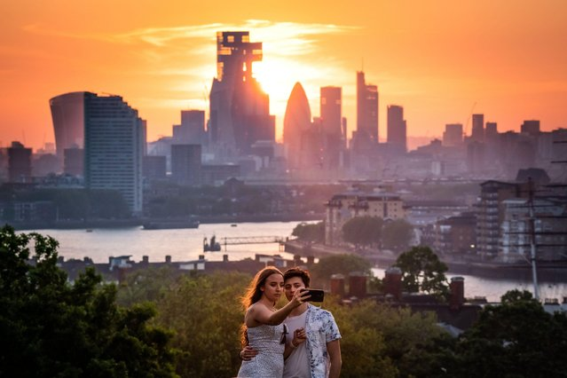 Dramatic sunset from the top of Greenwich Park in London, United Kingdom on May 31, 2021 as hottest temperature of the year is recorded as Britons enjoy the bank holiday sunshine. (Photo by Guy Corbishley/Alamy Live News)