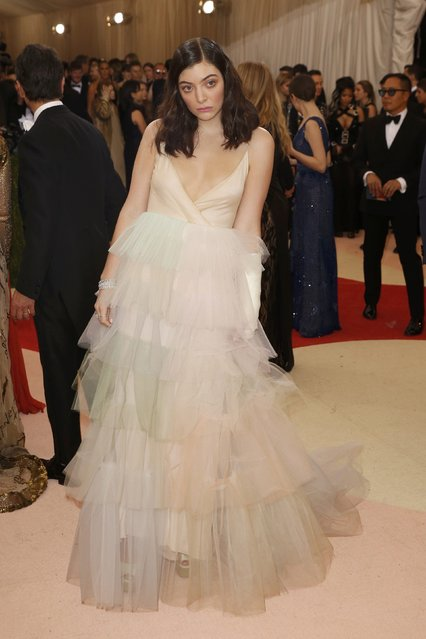 """Singer-songwriter Lorde arrives at the Metropolitan Museum of Art Costume Institute Gala (Met Gala) to celebrate the opening of """"Manus x Machina: Fashion in an Age of Technology"""" in the Manhattan borough of New York, May 2, 2016. (Photo by Lucas Jackson/Reuters)"""