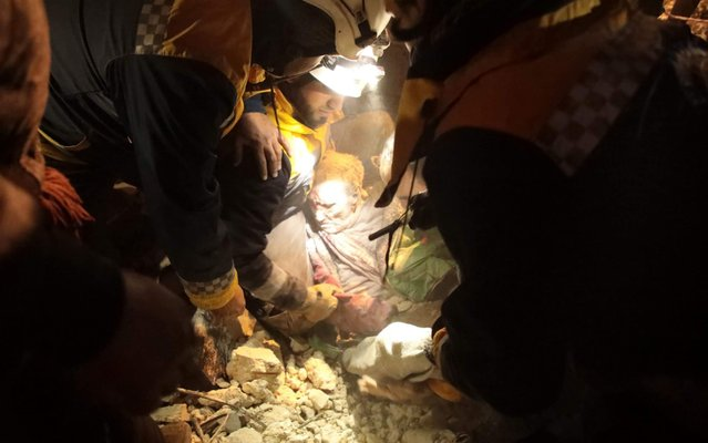 Members of the Syrian Civil Defence, also known as the White Helmets, recover a man from the rubble of a building following a reported airstrike on the village of Kafr Nuran, in the western countryside of the northern province of Aleppo, on January 21, 2020. Russian air strikes killed at least 15 civilians in northwestern Syria, as renewed violence tightened the noose around the country's last major rebel-held bastion and deepened an already dire humanitarian crisis. (Photo by Aaref Watad/AFP Photo)