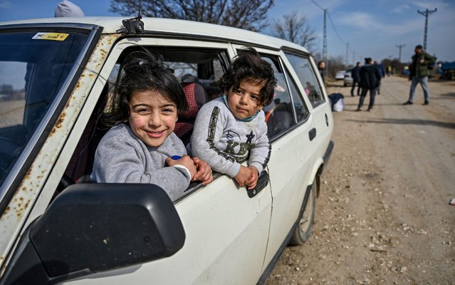 "Migrants children look from outside the window of a car where they wait with their family to enter Europe near the Pazarkule border gate in Edirne on March 4, 2020. Turkish officials claimed on March 4, 2020 that one migrant was killed by Greek fire on the Turkey-Greece border where thousands of migrants have massed since last week. But on the other side Greece ""categorically"" denied claims by Turkey that it had fired live bullets against migrants on the border, with several allegedly injured and one later dying. (Photo by Ozan Kose/AFP Photo)"