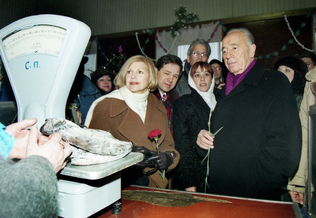 Shimon Peres stands in front of the counter at the grocery store during his visit in Belarussian town of Volozhin, Belarus January 15, 1998. (Photo by Vasily Fedosenko/Reuters)