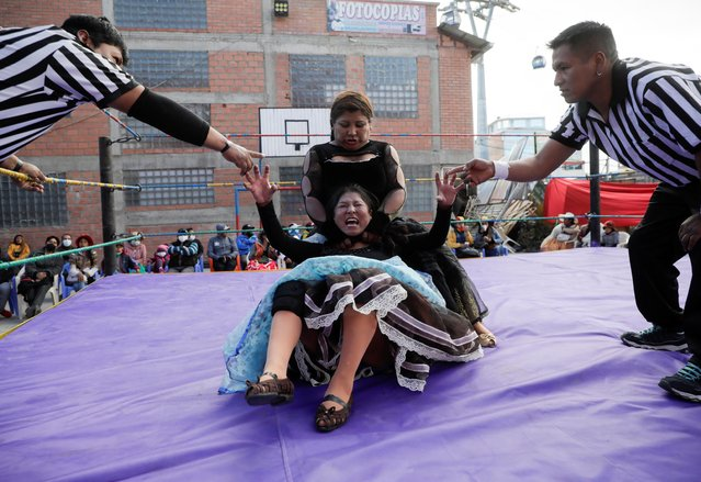 Silvana La Poderosa and Simplemente Maria, cholitas wrestlers, fight during their return to the ring after the coronavirus disease (COVID-19) restrictions, in El Alto outskirts of La Paz, November 29, 2020. (Photo by David Mercado/Reuters)