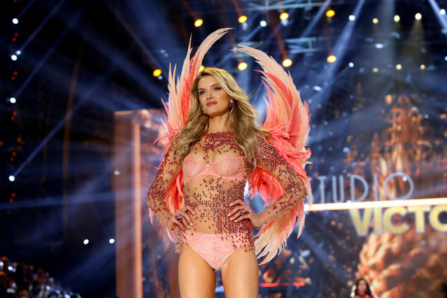Model Lily Donaldson presents a creation during the 2016 Victoria's Secret Fashion Show at the Grand Palais in Paris, France, November 30, 2016. (Photo by Charles Platiau/Reuters)