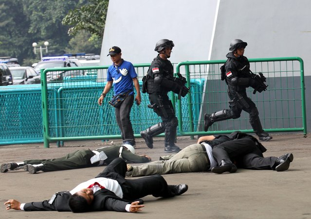 Indonesian Presidential Security Forces (Paspampres) personnel show their skills during an anti terror exercise in Jakarta, Indonesia on 09 April 2015. The drill is in preparation for the 60th Asian-African Conference planned to be held in Jakarta from 21 to 23 April 2015. (Photo by Bagus Indahono/EPA)