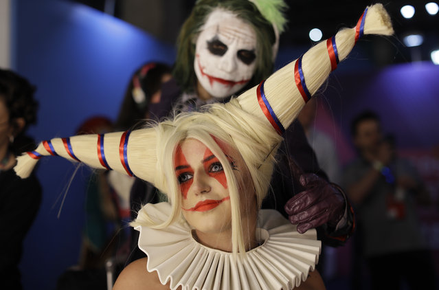 A participant dressed as character Harley Quinn from DC Comics prepares backstage to cosplay at the Comic Con Experience fair in Sao Paulo, Brazil, Thursday, December 6, 2018. The 5th edition of the annual international comic trade fair runs to Dec. 9. (Photo by Andre Penner/AP Photo)