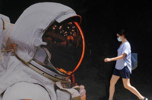 A woman wearing a face mask walks past a mural, following the coronavirus disease (COVID-19) outbreak, in Hong Kong, China, August 25, 2020. (Photo by Lam Yik/Reuters)