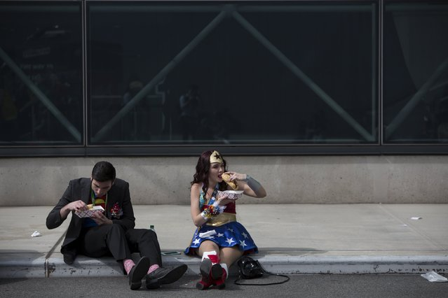 People in costume eat at the New York Comic Con in Manhattan, New York, October 8, 2015. (Photo by Andrew Kelly/Reuters)