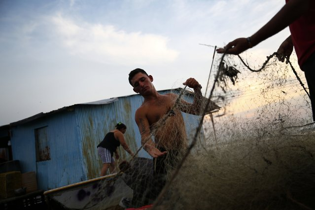 Fishermen prepare their nets in the village of Ologa in the western state of Zulia October 23, 2014. Picture taken October 23, 2014. (Photo by Jorge Silva/Reuters)