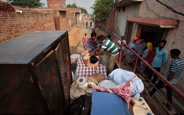 Villagers load their belongings onto a tractor trolley to move to a safer place, in the Pul Kanjari village, near the Wagah border in Punjab, India, September 30, 2016. (Photo by Munish Sharma/Reuters)