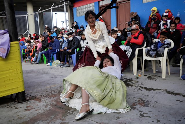 Barbara Quisbert and Susana La Bonita, cholitas wrestlers, fight during their return to the ring after the coronavirus disease (COVID-19) restrictions, in El Alto outskirts of La Paz, November 29, 2020. (Photo by David Mercado/Reuters)