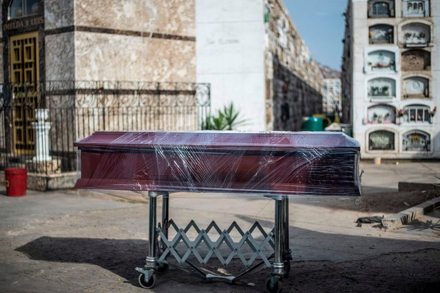 View of a coffin with the body of a COVID-19 victim before cremation at the El Angel crematorium, in Lima on May 06, 2020. Peru has 54,817 confirmed cases of coronavirus and 1,533 deaths since the first case was detected in the country on March 6. (Photo by Ernesto Benavides/AFP Photo)