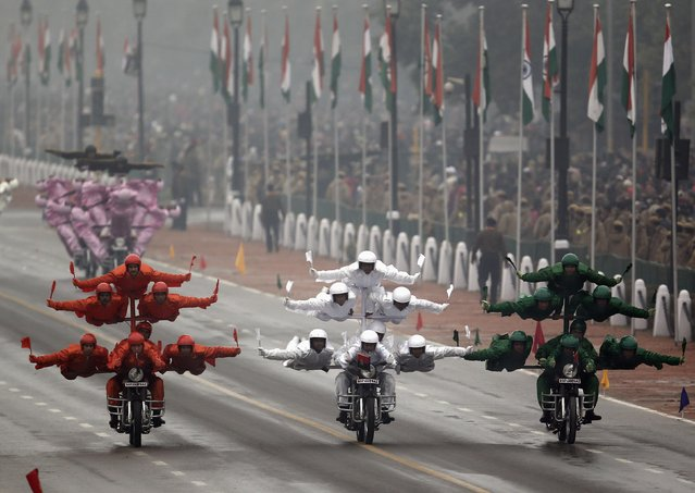 "India's Border Security Force (BSF) ""Daredevils"" motorcycle riders perform stunts as they take part during the Republic Day parade in New Delhi January 26, 2015. (Photo by Ahmad Masood/Reuters)"