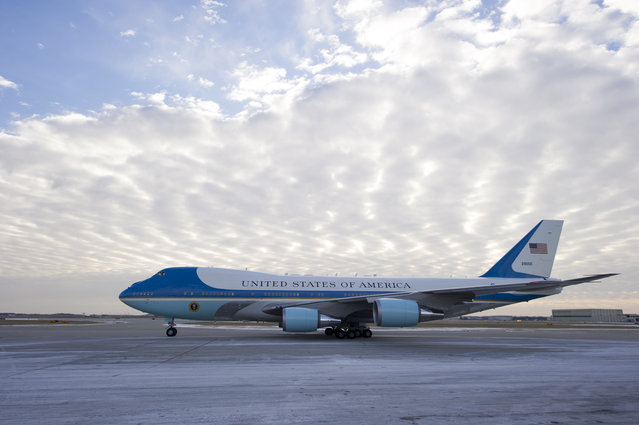 Air Force One, with President Barack Obama aboard, taxis prior to leaving Indianapolis International Airport in Indianapolis, Friday, February 6, 2015. (Photo by Doug McSchooler/AP Photo)
