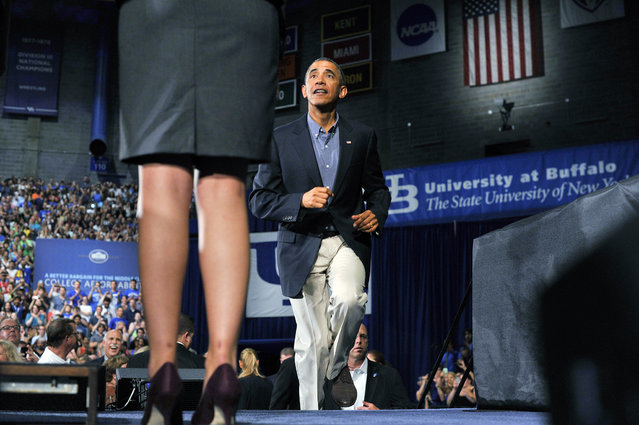 US President Barack Obama walks on the stage to speak on education at University of Buffalo, the State University of New York, on August 22, 2013 in Buffalo, New York. Obama is on a two-day bus tour through New York and Pennsylvania to discuss his plan to make college more affordable, tackle rising costs, and improve value for students and their families. (Photo by Jewel Samad/AFP Photo)
