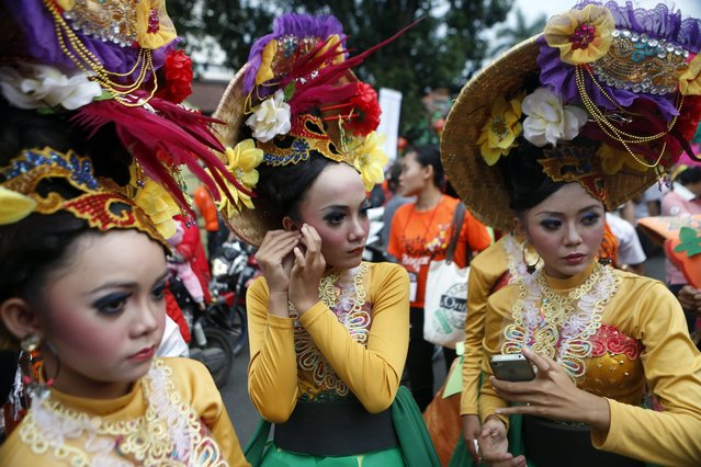 Indonesian women prepare to perform  during the people's party and Chinese Cap Go Meh festival in Bogor, Indonesia, 05 March 2015. Chinese-Indonesians across the country celebrate Cap Go Meh on the 15th day in the first month of the Chinese lunar new year.  EPA/ADI WEDA