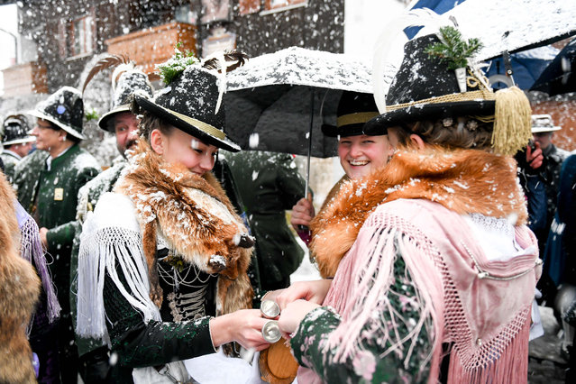 """Marketers take part in a snowfall memorial service in Waakirchen, Bavaria on 24 December 2018 for the victims of the """"Sendlinger Mordweihnacht"""". With a memorial service and a laying of a wreath, the participants commemorate the revolt of the Bavarian population against the Habsburg occupation, which was bloodily suppressed on Christmas Day 1705. (Photo by Tobias Hase/DPA/Alamy Live News)"""