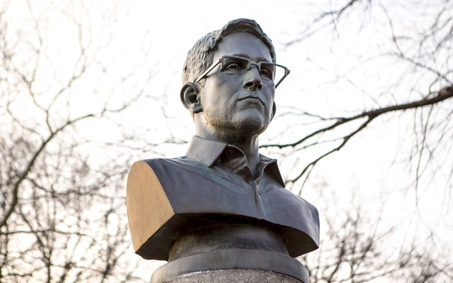 A large molded bust of Edward Snowden is pictured in Fort Greene Park at the Brooklyn borough of New York in this April 6, 2015 picture provided by ANIMALNewYork. A group of anonymous artists erected the 4-foot-tall bronze statue of Snowden, the former U.S. spy agency contractor famous for leaking classified information, in a New York City park overnight, officials said on Monday. (Photo by Aymann Ismail/Reuters/ANIMALNewYork)