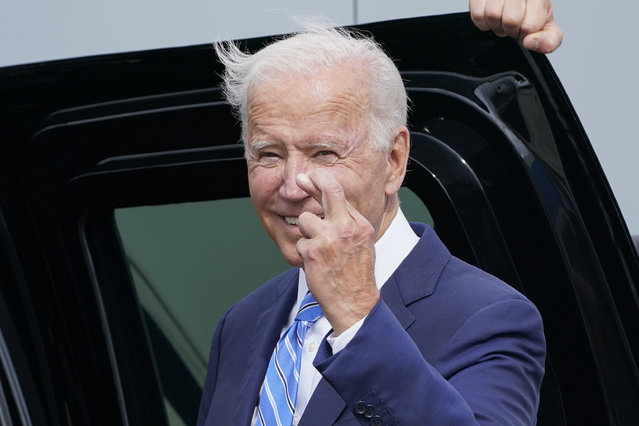 President Joe Biden crosses his fingers as he responds to a question about the short term debt deal as he arrives Air Force One at O'Hare International Airport in Chicago, Thursday, October 7, 2021. While in the Chicago area, Biden will highlight his order to require large employers to mandate COVID-19 vaccines for its workers during a visit to a construction site. (Photo by Susan Walsh/AP Photo)