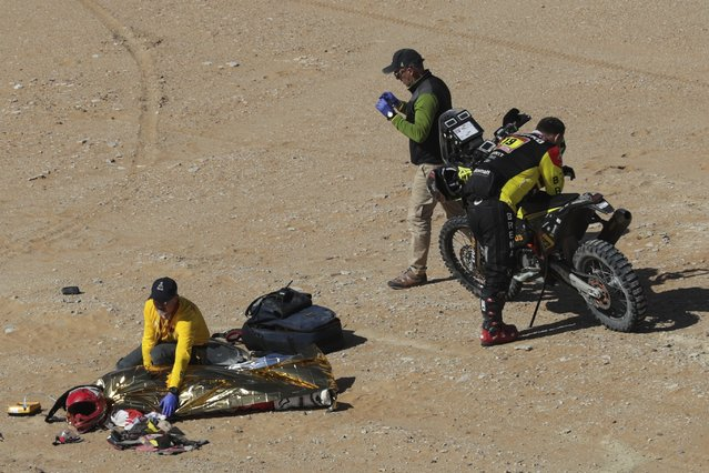 The body of Paulo Gonçalves of Portugal is covered with a blanket after a deadly fall during stage seven of the Dakar Rally between Riyadh and Wadi Al Dawasir, Saudi Arabia, Sunday, January 12, 2020. Gonçalves, 40, died after an accident with his Hero motorbike. (Photo by Bernat Armangue/AP Photo)