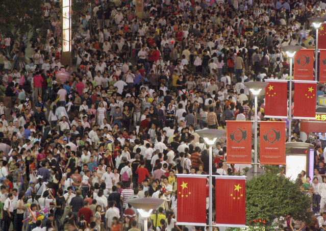Tourists crowd Nanjing road in Shanghai October 1, 2007. About 660,000 people visited Shanghai on China's National Day. China celebrates the 58th anniversary of the founding of the People's Republic of China on Monday. (Photo by Reuters/China Daily)