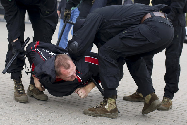 Police detain a demonstrator during an opposition rally to protest the official presidential election results in Minsk, Belarus, Sunday, September 27, 2020. (Photo by TUT.by via AP Photo)