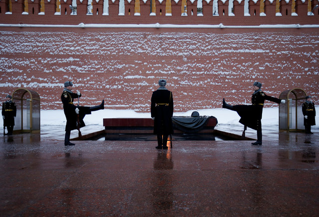 Members of the honour guard march during the changing of guards ceremony at the Tomb of the Unknown Soldier by the Kremlin wall in Moscow, Russia, March 15, 2018. (Photo by David Mdzinarishvili/Reuters)