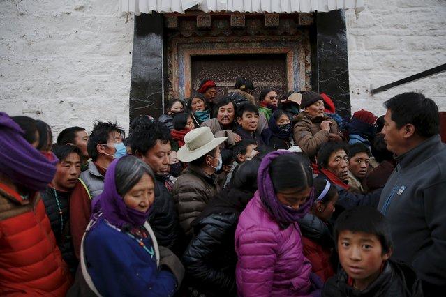 Pilgrims wait to enter the Jokhang Temple in central Lhasa, Tibet Autonomous Region, China early November 20, 2015. (Photo by Damir Sagolj/Reuters)
