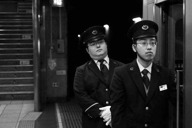 """""""Senpai & Kōhai"""". Nogizaka sta. Chiyoda line, Tokyo, 2011. (Davide Filippini)"""